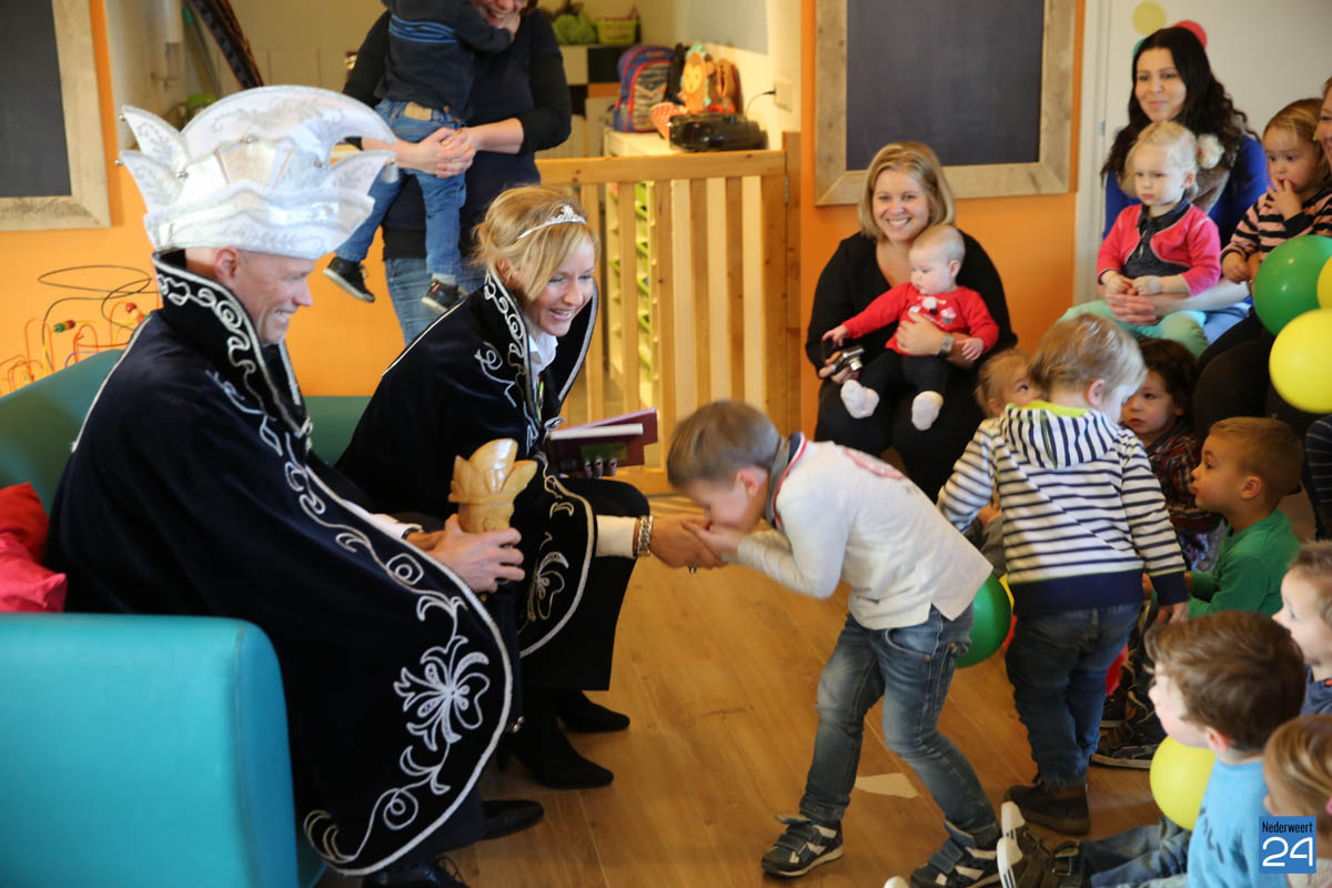 Prins Maurice en Prinses Chantal lezen voor Hummelhoeve-14